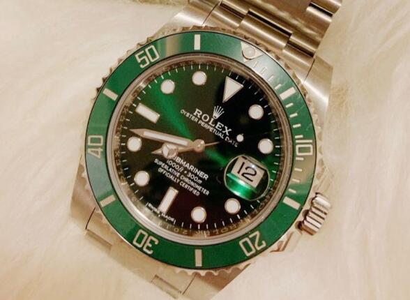 The green dial and green bezel look very charming.