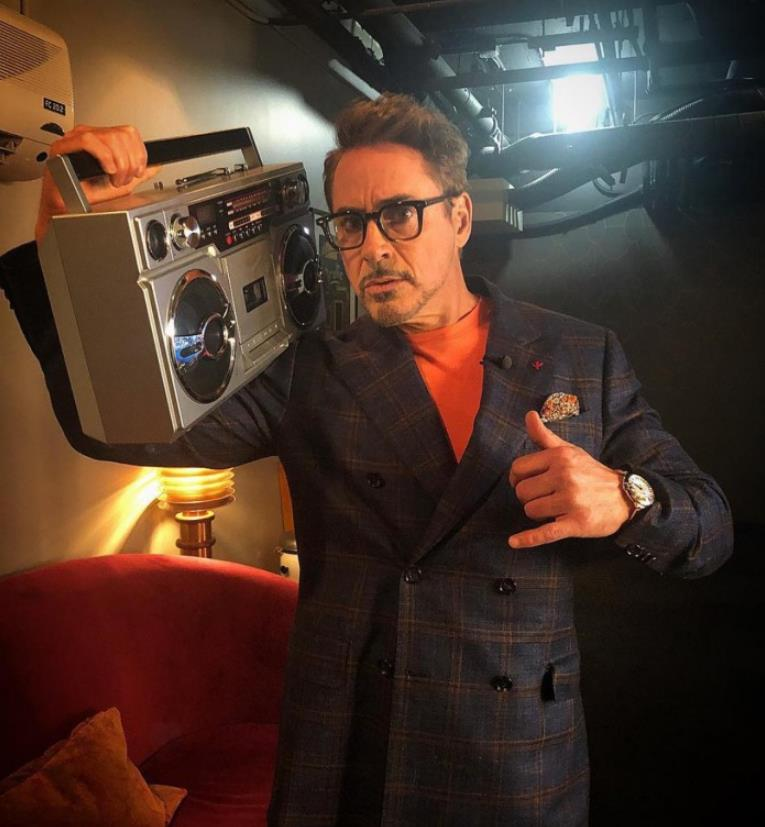 Robert Downey Jr. wears the stainless steel fake Cartier watch.